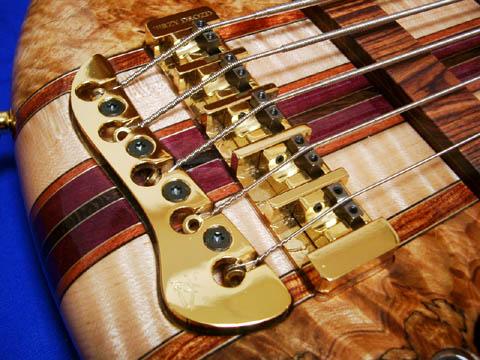 Rosewood製Knobや、オリジナルのBridgeが、Signature Seriesを唯一無二の芸術的な楽器としての印象を与えています。
