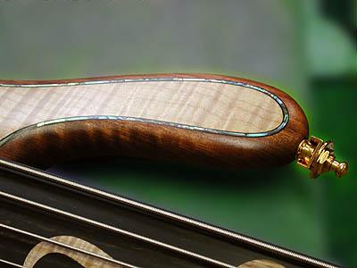 各所に丁寧に施されたインレイが大変な高級感を与えます (Abalone PurflingはOptionです)。