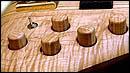 Ebony削りだしのNut、Exotic WoodによるKnob、オリジナルの2pc. Bridge等が特徴です。