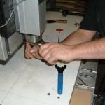 材によってその堅さや性質が異なるので、まず、最適の刃を選び、ルーターにセットします。