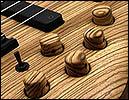 Ebony削りだしのNut、木製のインレイが施されたHedstock、 木製のKnobs等が特徴です。